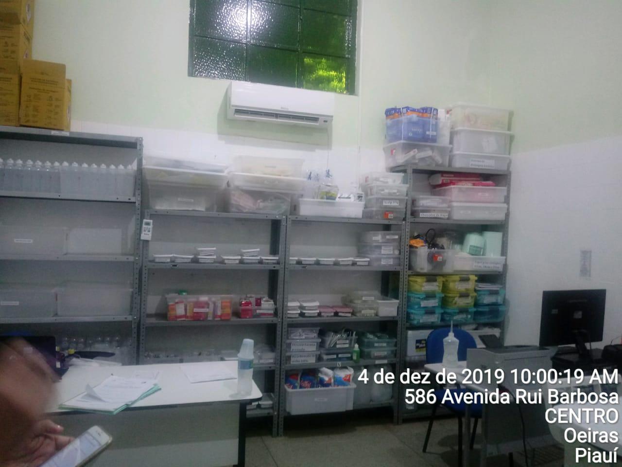 Não há nenhum termohigrômetro na sala de medicamentos, apenas o ar condicionado.