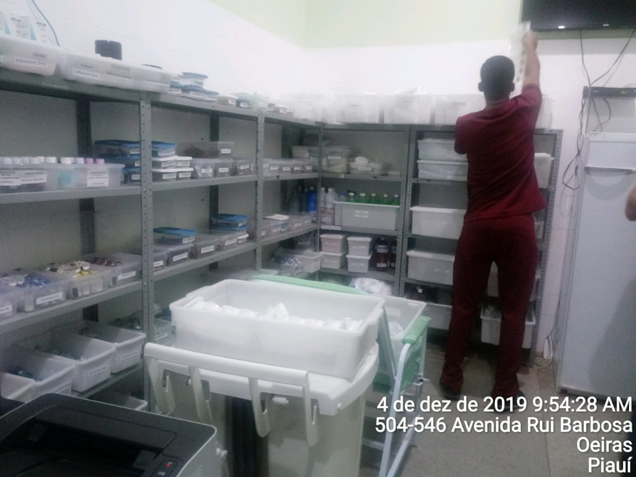 Não existe farmacêutico responsável técnico substituto presente na farmácia nos horários não cobertos pelo responsável técnico. Havia apenas os auxiliares administrativos.